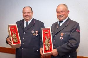 Franz Munz und Johannes Wagner erhielten die Landesehrennadel in Gold mit besonderer Auszeichnung für 50 Jahre aktiven Dienst in der Feuerwehr. Außerdem erhielt Ehrenkommandant Johannes Wagner vom Feuerwehrverband das Deutsche Feuerwehr-Ehrenkreuz in Gold.