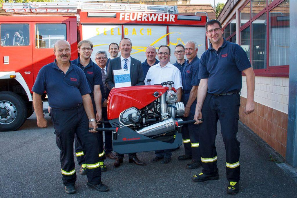Freudige Gesichter nach der Übergabe der Tragkraftspritze durch BGV-Vorstand Roland Fahner an die Kameraden der Feuerwehr Seelbach.